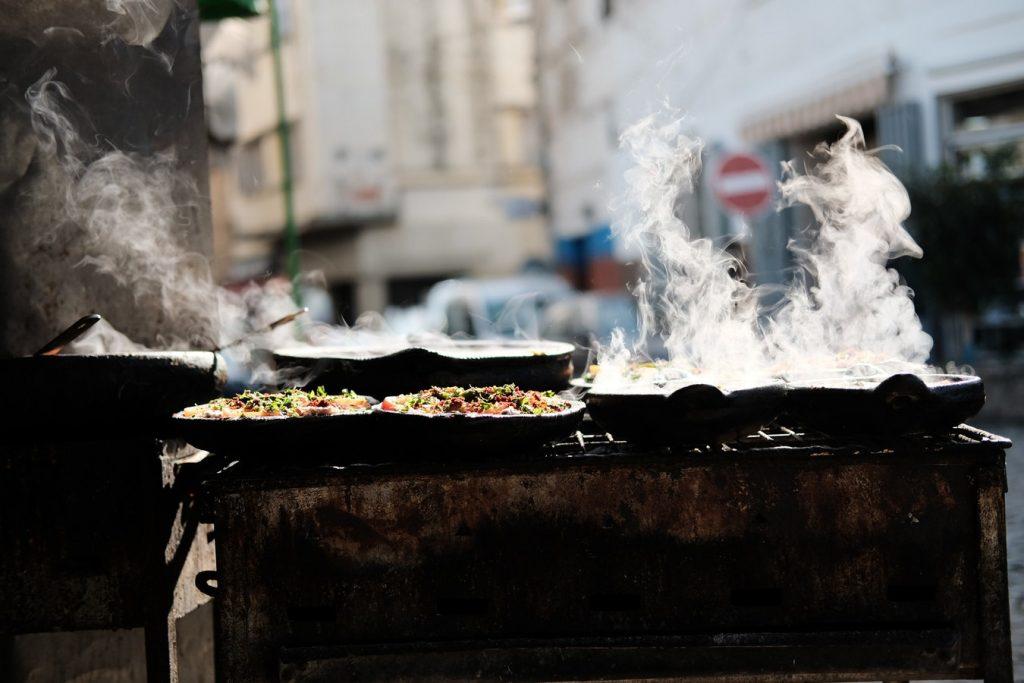 Nourriture de street food encore fumante dans sa casserole