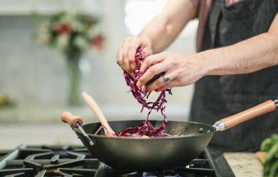 Cuisinier qui prépare un wok pour manger sain