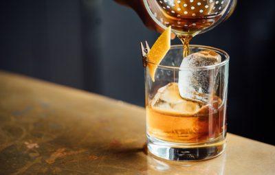 Quelqu'un qui se sert un verre de whisky