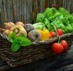 Panier en osier rempli de légumes